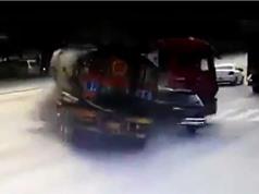 Clip: Phóng xe Mercedes tông xe bồn gãy gập