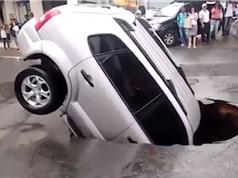 """Clip: Kinh hoàng cảnh xe hơi bị lọt xuống """"hố tử thần"""""""
