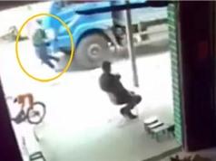 Clip: Liều mình cứu con, mẹ bị xe tải tông