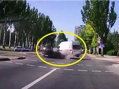 Clip: Xe cứu thương bị tông lật nhào trên đường