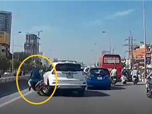 Clip: Chuyển làn bất ngờ, ô tô khiến người đi xe máy bay qua dải phân cách
