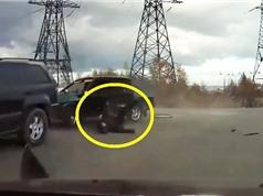 Clip: Vụ tai nạn kinh hoàng khiến tài xế văng ra khỏi xe