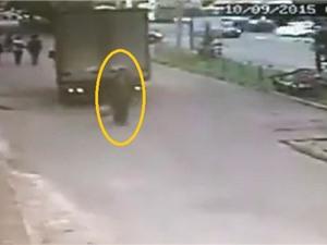 Clip: Xe tải lùi bất cẩn khiến người đàn bà tử vong