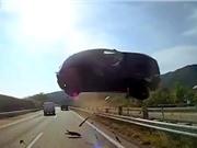 Clip: Xe hơi gặp tai nạn, bay lên đầu xe bus
