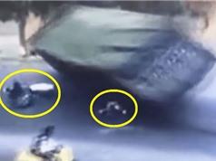 Clip: Xe tải bị lật, đè bẹp xe máy