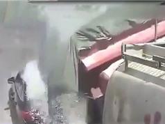 """Clip: """"Tạt đầu"""" xe tải, chiếc Audi bị đè bẹp"""