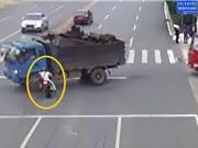 Clip: Mô tô va chạm với xe tải, bốc cháy giữa phố