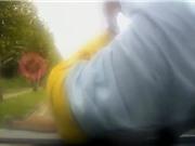 Clip: Người đàn ông lao lên nóc ca pô xe hơi để ăn vạ