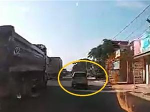 Clip: Chuyển làn bất cẩn, ô tô bị xe container kéo lê trên đường