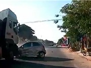 CLIP HOT NHẤT TRONG NGÀY: Xe container kéo lê ôtô trên đường, chó hoang sát hại linh dương