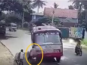 Clip: Tránh xe máy, xe khách đâm chết 2 người