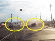 Clip: Ford Focus và Toyota Camry tông nhau nát đầu