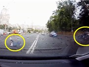 Clip: Xe hơi tông vào cột điện, tài xế văng xuống đường