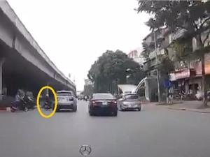 Clip: Sang đường ẩu, người phụ nữ đâm thẳng vào BMW X5