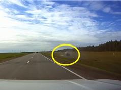 Clip: Tài xế không làm chủ được tốc độ, ôtô lăn lộn bên lề đường