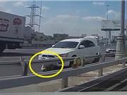 Clip: Đang sửa xe, người đàn ông gặp tai nạn khó lường