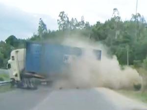 Clip: Xe container gặp tai nạn ở Quốc lộ 19 vì ôm cua với tốc độ chóng mặt