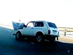 Clip: Phóng nhanh vượt ẩu, xe hơi tông cực mạnh vào lan can