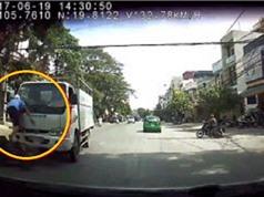 Clip: Xe máy lấn làn bị xe tải hất văng lên cao