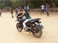 Clip: Bé gái trổ tài điều khiển môtô vô cùng điêu luyện