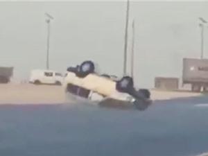 Clip: Xe hơi lật nhào trên đường vì tài xế thích thể hiện