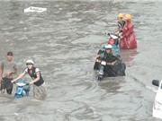 Clip: Mưa to, nước chảy như sông trên đường phố Sài Gòn
