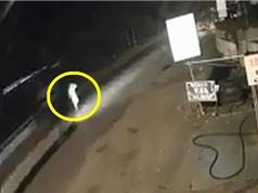 Clip: Đi bộ giữa đường, người đàn ông bị xe khách tông