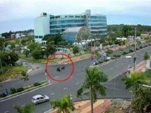 Clip: Phóng với tốc độ cực cao, xe máy gây tai nạn thảm khốc