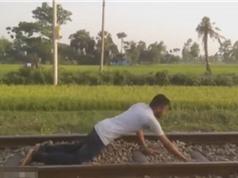 Clip: Liều mạng nằm trên đường ray cho tàu hỏa chạy qua