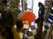 Clip: Chó liều mạng tấn công cướp để cứu chú