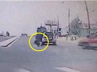 Clip: Bé trai 1 tuổi bị rơi từ xe hơi xuống đường
