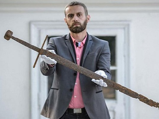 Tìm thấy thanh kiếm 600 tuổi của hiệp sĩ chết thảm trong đầm lầy