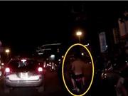 Clip: Hai thanh niên đầu trần cưỡi xe máy, luồn lách né chốt 141 trong đêm