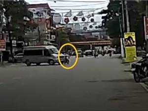 Clip: Ôtô quay đầu ẩu khiến xe máy văng sang đường