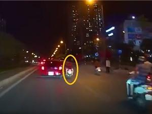 Clip: Xe máy chở 3 lạng lách bị ôtô chèn ngã