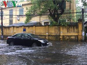 Mẹo nhỏ giúp lái xe ôtô qua đường ngập nước một cách an toàn