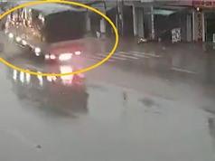Clip: Tông vào dải phân cách, xe tải lật nhào giữa đường