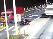 Clip: Đứa bé thoát chết thần kỳ sau khi bị xe tải tông