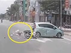 Clip: Dùng điện thoại khi chạy xe máy, nam thanh niên nhận cái kết thảm