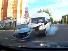 Clip: Ôtô bị xe khách tông nhau nát đầu