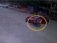 Clip: Kinh hoàng cảnh xe máy chở kính va quệt vào ôtô