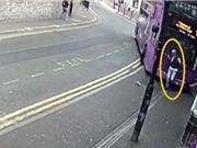 Clip: Bị xe buýt tông, người đàn ông vẫn thản nhiên bước vào quán rượu