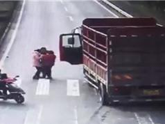 """CLIP HOT NGÀY 27/6: Xe tải tông trúng đứa bé, sư tử """"xơi tái"""" đà điểu con"""