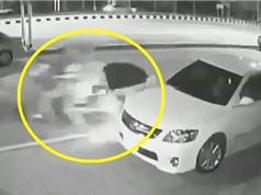 """Clip: Vừa xuống ôtô, nam thanh niên bị xe máy """"cuốn theo chiều gió"""""""