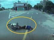 """Clip: Vượt xe tải sai luật, xe máy bị tông ngã """"mài"""" mặt xuống đường"""