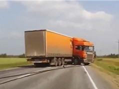 Clip: Xe container mất lái, quay đầu 180 độ