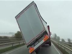 Clip: Gió bão thổi xe tải lật nhào trên cầu