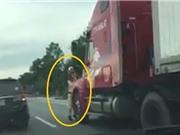 Clip: Xe container đánh võng, hất CSGT văng xuống đường