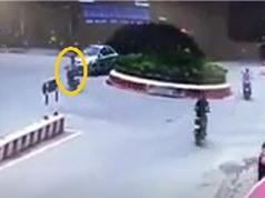 Clip: Xe máy gây tai nạn kinh hoàng vì… rẽ ẩu trước vòng xuyến