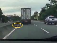 CLIP HOT NGÀY 1/7: Xe container hất văng CSGT xuống đường, lao xe xuống vườn chuối khi ôm cua